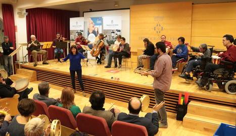 Un moment del concert amb usuaris del centre Espígol de Cervera, ahir a la Diputació de Lleida.