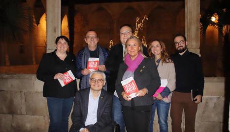 Alguns dels alcaldes i regidors que ahir van marxar per Barcelona en favor dels presos.