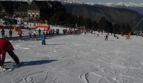 Esquiadors a l'accedir a les pistes d'Espot, que ahir va estrenar la temporada d'hivern i el telecadira.