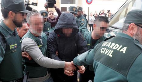 El sospitós de la mort de Marta Calvo ahir a l'arribar al jutjat d'Alzira.