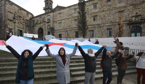 El líder del PP barceloní, Josep Bou, es va posar a ballar davant la pancarta de la marxa de Barcelona.
