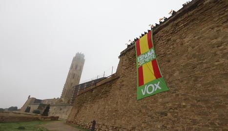 La pancarta gegant que Vox va desplegar ahir a la Seu Vella.