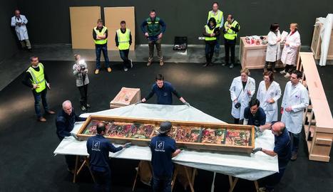 Embalatge d'una de les 44 obres al Museu de Lleida, sota la mirada de tècnics i efectius policials.