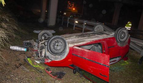 El vehicle del conductor va caure ahir per un terraplè de la C-53 a l'autovia.