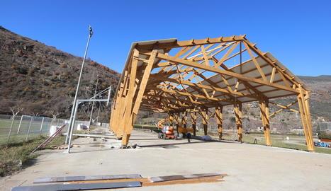 La pista poliesportiva de fusta de Rialp estarà acabada abans que finalitzi l'any.