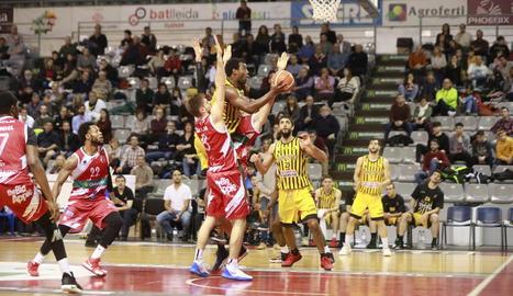 Wendell Davis intenta un llançament davant de la defensa d'un jugador del Villarrobledo.