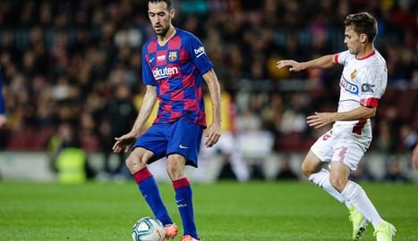 Leo Messi posa amb els seus tres fills a la gespa del Camp Nou després d'oferir la sisena Pilota d'Or de la seua carrera a l'afició.