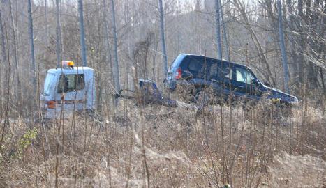 Una grua transporta el vehicle en què va aparèixer el cadàver.