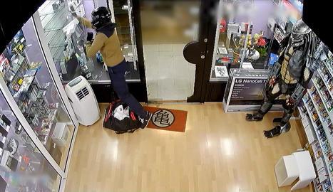 Imatge de la càmera de seguretat de la botiga atacada.