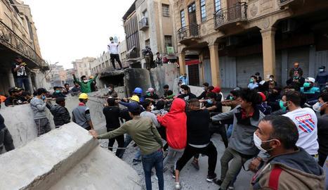 Imatge de les protestes als carrers de Bagdad.