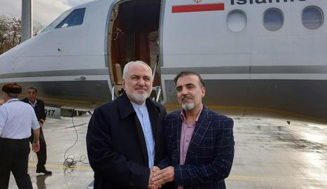 El ministre d'Exteriors iranià, Mohammad Javad Zarif, amb Masoud Soleimani, alliberat ahir.