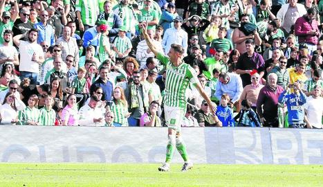 Joaquín celebra amb l'afició verd-i-blanca el segon dels tres gols que va marcar davant l'Athletic.