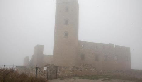 Imatge del castell ahir amb una intensa boira.