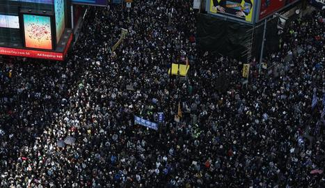 Col·lapse a Hong Kong en una multitudinària marxa de l'oposició