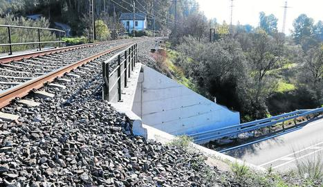 Pont ferroviari des del qual es va precipitar el senderista, ahir, a Garcia.