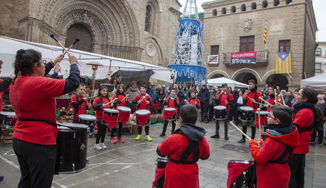 L'actuació dels Tabalers l'Espetec va amenitzar ahir el Mercat de Nadal d'Agramunt.