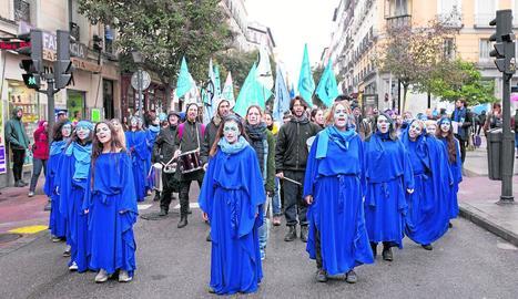 Un moment de la manifestació d'ahir a Madrid per conscienciar sobre la situació dels oceans.