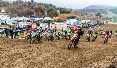 A la imatge, la sortida en grup de la categoria d'aficionats ahir al circuit El Bosquet de Ponts.