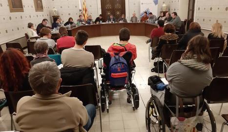 Dos persones en cadira de rodes, ahir al ple de la Seu.