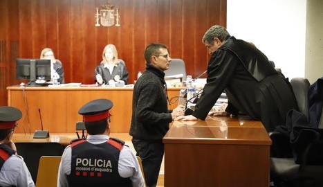 Josep Puig-Gros va intercanviar unes paraules amb un dels seus advocats abans de declarar ahir al judici.