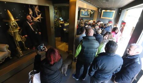 Cua de turistes divendres passat per comprar loteria a l'administració de La Bruixa d'Or de Sort.