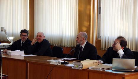 El sergent Xavier Cunillera i l'intendent Jaume Morón (al centre), amb els seus advocats.