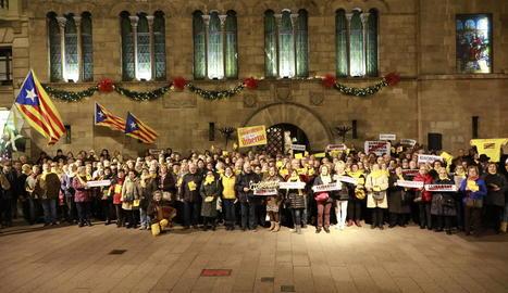 Els cantaires es van fer ahir una fotografia davant la Paeria per enviar-la als presos.