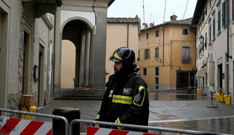 Els bombers van verificar l'estabilitat d'alguns edificis.