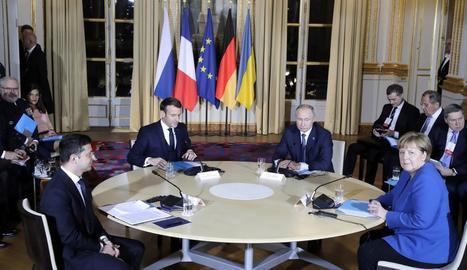 La taula de diàleg formada per Merkel, Putin, Macron i Zelenski a París.