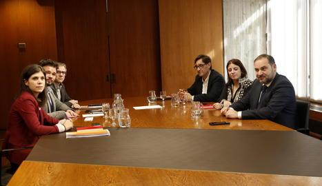 Els integrants de la reunió dels equips negociadors del PSOE i ERC que ha tingut lloc aquest dimarts a Barcelona.