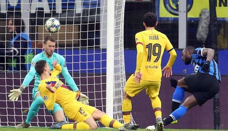 Clément Lenglet va salvar un gol de Romelu Lukaku al refusar la pilota davant de Neto.