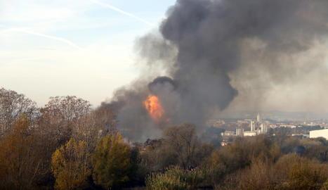 Les flamarades de l'incendi en una fàbrica de dissolvents a Montornès del Vallès.