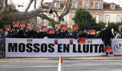 Un centenar de mossos es concentren al Parlament per reivindicar millores laborals