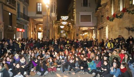 Un grup de les participants a la mobilització va interpretar ahir la 'performance' contra la violència masclista a la plaça Sant Joan.