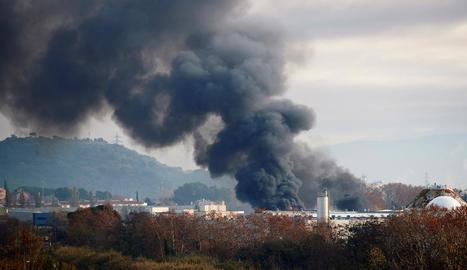 La columna de fum que va generar l'incendi, derivat de la combustió de químics, va poder veure's a un radi de 12 quilòmetres.