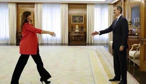 El rei i Pedro Sánchez, camí de la reunió per tractar la investidura.