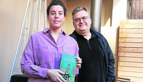 Natàlia i Sergi Pàmies, néta i fill de l'escriptora, amb la reedició de la novel·la juvenil.