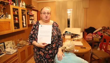 L'afectada mostra la carta que li denega un habitatge de la taula d'emergència.