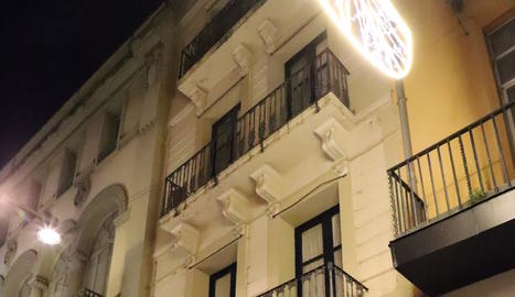 Façana de l'edifici del número 33 del carrer Major.