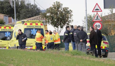 Els serveis d'emergència davant del domicili on han estat trobades les menors.