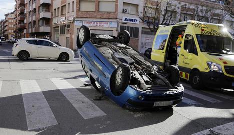 Ferit un conductor en un aparatós xoc al carrer Tarragona