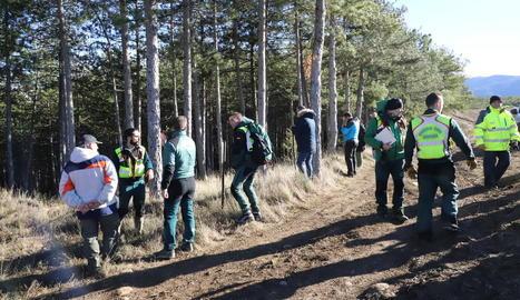 Els participants a la batuda abans d'endinsar-se en un bosc per intentar localitzar el boletaire.