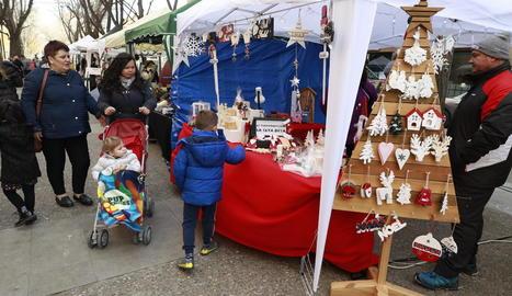 Mercat de Nadal a Doctora Castells - L'associació de veïns de Cappont va celebrar ahir la primera edició del seu mercat nadalenc, en el qual van participar una vintena de parades que ofereixen des de productes artesanals fins a alimentació i  ...