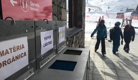 Contenidors de reciclatge a l'estació d'esquí de Boí Taüll.