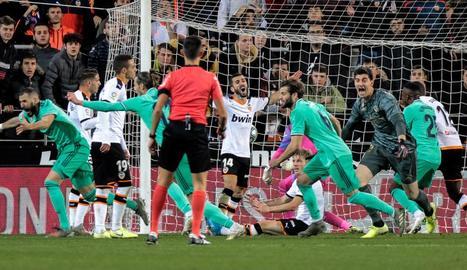 Karim Benzema celebra el seu gol, aconseguit a l'últim minut, que va salvar un punt al Madrid.
