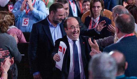 Miquel Iceta és aplaudit pels companys de partit al costat de José Luis Ábalos.