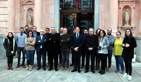 Foto de família del subdelegat del Govern espanyol a Lleida, José Crespín, i representants dels mitjans de comunicació.