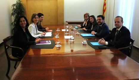 La reunió del vicepresident del Govern, Pere Aragonès, la portaveu, Meritxell Budó, i representants de CatECP, al departament d'Economia aquest dilluns.