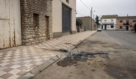 El conductor va col·lidir amb aquesta paret d'un magatzem a la plaça Santa Madrona de Sant Ramon.