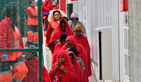 Els efectius de la Creu Roja van atendre els migrants a l'arribar al port d'Almeria.